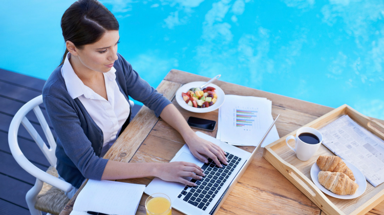 wifi-marketing-woman-laptop-pool